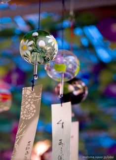 Furin wind bells –: Introduced from China by buddhist monks, these wind chimes… Flower Wallpaper, Wallpaper Backgrounds, Iphone Wallpaper, Japanese Prints, Japanese Art, Japanese Wind Chimes, Photographie Portrait Inspiration, Blowin' In The Wind, Japanese Culture