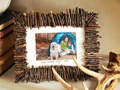In this article I'm going to show you some Lovely DIY Photo Frame Crafts That Are Easy To Make. Diy Photo, Cadre Photo Diy, Photo Craft, Picture Frame Crafts, Wooden Picture Frames, Picture Craft, Diy Father's Day Gifts, Father's Day Diy, Diy Rustic Decor