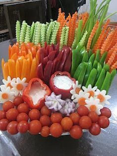 I like the peppers used as dip containers & the whole thing is cute!..... That's how u do a veggie tray!! Lol