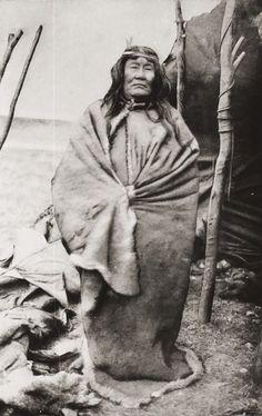 Museo Chileno de Arte Precolombino » Tehuelche Native Indian, Native American Indians, Native Americans, Gaucho, Old Pictures, Old Photos, Victor Jara, Australian Aboriginals, Melbourne Museum