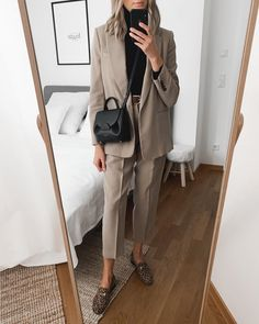 Today's look 🖤 As you probably noticed, I'm a huge fan of bags 🖤 I just love their aesthetic and minimal designs. Workwear Fashion, Office Fashion, Work Fashion, Fashion Looks, Fashion Outfits, Fall Fashion, Style Fashion, Basic Fashion, Minimal Fashion