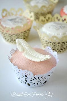 feather cupcake