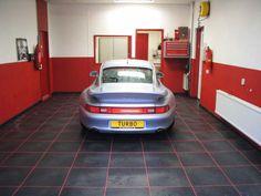 PVC tegels toegepast als garagevloer. Met andere kleur voeg geef je een extra dimensie.