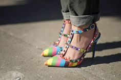 New York Fashion Week Street Style Looks for Less: The Footwear: Valentino Rockstud Daily Fashion, Fashion News, Fashion Shoes, Fashion Trends, High Fashion, Fashion 2015, London Fashion, Valentino Rockstud Shoes, Rainbow Heels