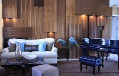 Оригинальная отделка стен деревом в интерьере гостиной