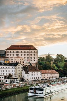 Linz Travel Guide: Things to do and see - Sommertage Austria Travel, Famous Places, Boat Tours, Europe, Weekend Trips, Travel Guide, Travel Plan, Trip Planning, Paris Skyline