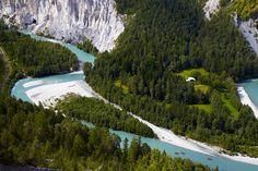Ruinaulta Die Rheinschlucht entstand vor knapp 10.000 Jahren durch den sogenannten Flimser Bergsturz. Die besten Möglichkeiten das Delta zu erleben, sind die Wanderwege mit ihren futuristischen Aussichtsplattformen. Entspannter geht es mit der Eisenbahn, die entlang des Flusslaufs fährt.