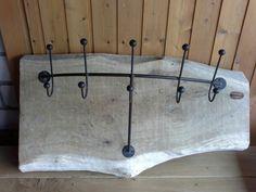 Garderobe auf massivem Eichenbrett. Weitere Möbel und Deko aus Eichenholz bei woodforliving.