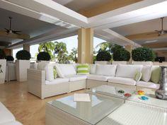 """""""Mientras más claro el mueble mejor, los oscuros te ponen tenso. Una terraza es para tu relajarte. Se usan muebles más sencillos y de líneas rectas"""", indicó Jacobo García, diseñador de interiores. (El Nuevo Día/ Angel M. Rivera)"""