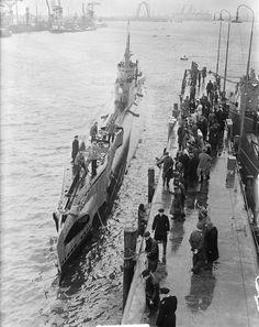 Waalhaven, onderzeeboot Dolfijn van Noordpool terug in Rotterdam 28 april 1950.