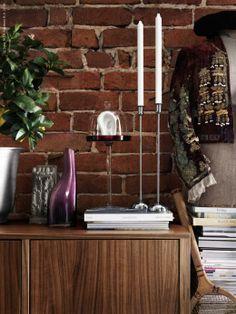 Den tydliga ådringen i valnötsfaneret ger varje möbel ett levande och unikt utseende, STOCKHOLM TV-bänk, STOCKHOLM ljusstake i rostfritt stål, OCKSÅ vas, AKTAD uppläggningsfat med lock.