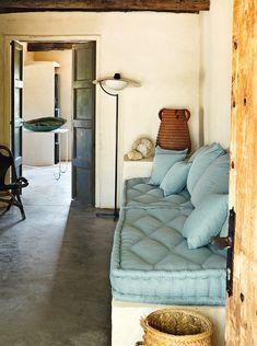El anticuario Serge Castella convirtió una cabaña abandonada en el paraíso de una pareja. En Pals, entre olivos centenarios, sus recuerdos de niño fueron la clave para llenar de belleza el espacio.