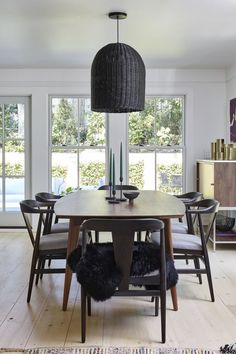 dining room with dark mid-century modern furniture and black basket lighting – Baby Zimmer Mid Century Modern Kitchen, Mid Century Dining, Mid Century Modern Furniture, Dining Room Design, Dining Room Furniture, Dining Rooms, Furniture Ideas, Furniture Design, Modern Decor