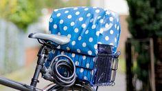 eder kennt das Ärgernis, wenn man vom Einkaufen kommt und es fängt an zu regnen. Die Sachen im Fahrradkorb werden nass. Martina Lammel zeigt, wie man ganz einfach aus Wachstuch eine tolle Haube für den Korb gestalten kann.