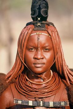 Himba women cover their whole body and hair with red ochre 'otjize' at least every 2 or 3 days. Tribal People, Tribal Women, African Tribes, African Women, India Linda, Beautiful Black Women, Beautiful Eyes, Himba Girl, Himba People