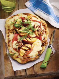 Reinvent the barbecue with our grilled pizza with mozzarella, peaches and prosciutto. // Réinventez le bbq avec notre pizza grillée à la mozzarella, aux pèches et au prosciutto.