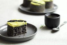 Moelleux au sésame noir, glaçage chocolat blanc et thé vert matcha / Soft black sesame, white chocolate frosting and matcha green tea