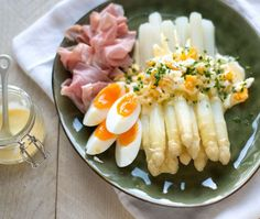 Asparagus with Hollandaise Sauce. A classic way of serving Dutch white asparagus with eggs hollandaise saus and ham (Recipe in Dutch) Stifado, Dairy Free Diet, Cooking Recipes, Healthy Recipes, Pork Recipes, Asparagus Recipe, Dinner Dishes, Vegetable Dishes, Food Inspiration
