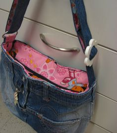 Kierrätys farkkulaukku - Recycled jeans bag Recycle Jeans, Old Jeans, Recycled Denim, Denim Bag, Sewing Ideas, Recycling, Handbags, Purses, Fabric