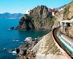 Cinque Terre (Cinco Tierras) es una región situada en la Provincia de la  Spezia con unas características geográficas tan especiales que dan origen a un paisaje en el que el mar y la tierra se funden a lo largo de 18  km de costa rocosa llena de bahías, playas y fondos profundos