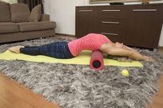 Selinmakuu rullan päällä: Tämä liike avaa rintakehää ja venyttää vatsalihaksia. Asetu rullan päälle selinmakuulle. Voit asettaa rullan mihin tahansa kohtaan selän alle. Ojenna nilkat ja suorista kädet pään takana. Tee itsestäsi mahdollisimman pitkä. Kuvittele, että joku vetäisi käsiäsi taaksepäin. Hengitä rauhallisesti ja tasaisesti. Voit muuttaa käsien asennon esimerkiksi vartalon sivulle. Voit myös rullata hitaasti selkää putken päällä. Pilates, Shag Rug, Healthy Lifestyle, Health Fitness, Workout, Kids Rugs, Exercise, Sports, Pop Pilates
