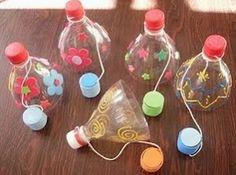 Gioco con i colli delle bottiglie di plastica