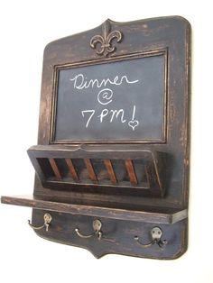 Pizarra negra francesa con Flor De Lis, cesta de correo y clave ganchos - el Metro Original Parisian Home por Arcadian Cottage