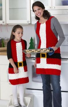 Santa's aprons, found on : http://www.redheart.com/free-patterns/santa%E2%80%99s-aprons