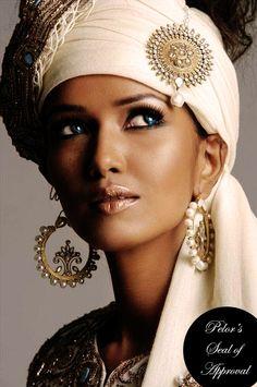 Feeyah poikkeuksellisesti huivin kanssa. Yleensä pitkät, kiharat, mustat hiukset ovat auki tai näyttävällä kampauksella.