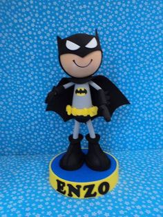 Boneco 3d do personagem Batman na base, todo produzido em EVA, ótima resistência e durabilidade, excelente para topo de bolo, centro de mesa e decorações em geral.  Pode ser feito de outros personagens, ou com outras características a critério do cliente. R$ 25,00