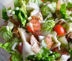 Sałatka z kurczakiem i grzankami Knit Flowers, Quesadilla, Caprese Salad, Mozzarella, Chicken, Meat, Food, Decor, Beef