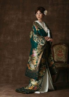 geisha - Kimono shinto wedding dress by jinjadekekkonshik Traditioneller Kimono, Furisode Kimono, Mode Kimono, Kimono Japan, Yukata, Green Kimono, Traditional Kimono, Traditional Dresses, Traditional Japanese