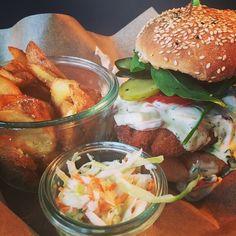 Crispy Fish Burger  Ab Montag leckerer Kabeljau gebacken mit selbstgemachter leichter Remoulade #spreegold #fitness #fit #paleo #paleoberlin #paleospreegold #paleorestaurant #restaurant #berlin #dinner #burger #crossfit #training #goodfood #gooddrinks #goodstuff #instafood #berlinfood #lunch #coffee #healthy #healthyfood #healthysnack