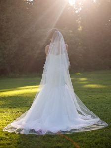 Tipos de Véus para Noivas: Véu Capela. É o tipo de véu que geralmente termina junto com a cauda do vestido de noiva (ou até 15 cm após) e é restrito à cerimônias noturnas, ainda tradicionais, em igrejas ou locais fechados. Mede aproximadamente 2m a 2,5m.