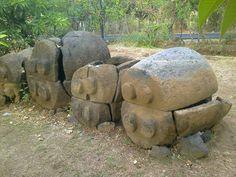 Adventure and Explorers : Di Desa Pangkung Paruk Kecamatan Seririt Buleleng, Bali. Di desa ini lah yang telah ditemukan peti mayat kuno. Sarkofagus adalah keranda batu atau peti mayat yang terbuat dari batu. Daerah tempat ditemukannya sarkofagus adalah Bali. Menurut masyarakat Bali Sarkofagus memiliki kekuatan magis/gaib. Berdasarkan pendapat para ahli bahwa sarkofagus dikenal masyarakat Bali sejak zaman logam.