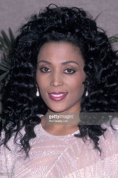 Athlete Florence Griffith-Joyner attends Dinner of Championship Benefit for Multiple Sclerosis on April 1989 at the Marriott Marquis Hotel in New York City. Flo Jo, Big Black Woman, Vintage Black Glamour, Black Actresses, Black Goddess, Sport Icon, Gymnastics Girls, Sports Pictures, Dark Beauty