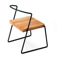 こちらはmiyakonjoproduct(ミヤコンジョプロダクト)の、一筆書き形状の鉄棒と杉の無垢材を合わせた「TETSUBO」シリーズのチェア。座面以外がシンプルな鉄棒ですっきりとみせてくれています。鉄棒のカラーは12色から選ぶことができます。