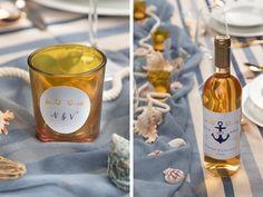 Die Windlichter und Weinflaschen sind mit personalisierten Etiketten verziert. Seafood Boil, Am Meer, Trends, Personalized Labels, Nautical Wedding, Wine Bottles, Beauty Trends