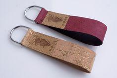 **Passend zu den NOAS Taschen gibt es jetzt Schlüsselanhänger aus Kork.** _Bisher in 4 unterschiedlichen Designs erhältlich._ 1. KORK Tropical mit Palmenmuster 2. KORK Schwarz 3. KORK...