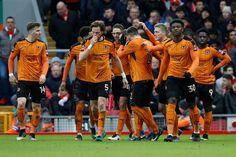 Wolverhampton Wanderers 'Andreas Weimann oslavuje bodovaní svoj druhý gól so spoluhráčmi