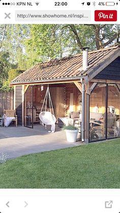 Hangstoel en ijzeren deuren bij veranda