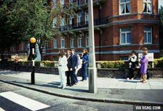 The Beatles vlak voor de fotoshoot voor de afbeelding van hun laatste album: Abbey road. De bijzondere plaats waar ze de meeste muziek hebben opgenomen.