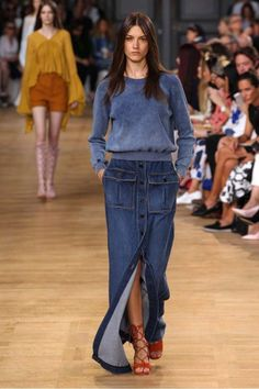 100 Newest Long and Short Denim Skirt Outfits Into Your Everyday Style Long Denim Skirt Outfit, Denim Outfit, Denim Overalls, Denim Fashion, Look Fashion, Fashion Outfits, Fashion Shirts, Modele Hijab, Look Jean