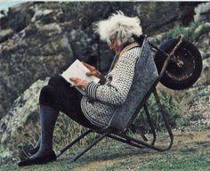 Je veux juste vieillir ainsi... Dans une brouette, les cheveux au vent, au bord de l'océan ! :)