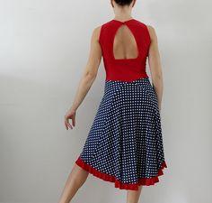 Vestido de tango con corte azul con lunares blancos con ribete rojo