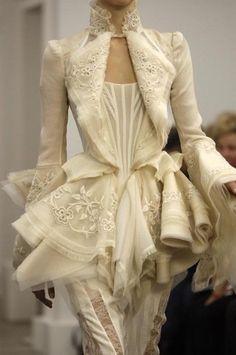 fashion details The pearls of fashion : Revue de dtail haute couture P/E 2012 Runway Fashion, High Fashion, Womens Fashion, Paris Fashion, Modern Fashion, Luxury Fashion, Fashion Trends, Wedding Dress Trumpet, Wedding Dresses