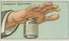 Llena un frasco o botella de boca ancha con agua caliente casi hasta el límite y presiónalo contra el área en tu mano donde tienes la espina o astilla. La succión tirará hacia abajo la carne y piel de tu mano y la astilla cederá.