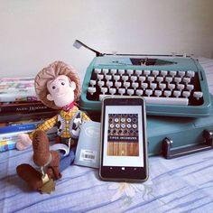 Uma coletânea de histórias curtas que relatam momentos afetivos, de redescoberta de seus ideais ou de mudança de vida. Um olhar sensível, às vezes, irônico e afiado, em outras, compassivo, amoroso e sonhador. E ainda com a presença de máquinas de escrever, como coadjuvantes ou protagonistas.   👉No Literatura de Mulherzinha: Tipos Incomuns, Tom Hanks, Editora Arqueiro: #EuLeioArqueiro 📚💙🎥🎞️