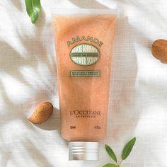Beriket med mandelolje og knust mandelskall både renser og eksfolierer den huden på en skånsom måte. Huden etterlates myk, jevn og klar til å absorbe
