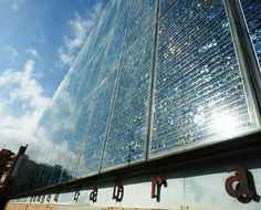Les plaques solars fotovoltaiques, un dels segells distintius de l'edifici de la biblioteca.